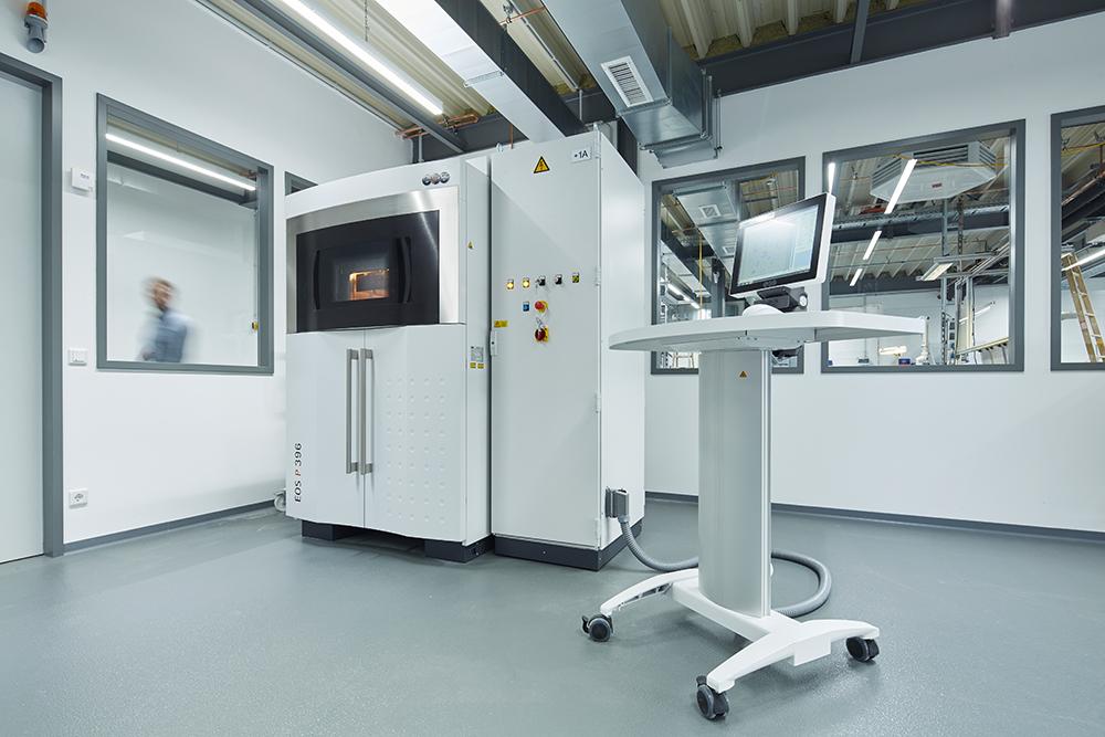 Ein 3D-Drucker und ein Konstruktionscomputer im Labor